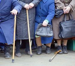 Пенсия , которая назначается государством, да ещё и при такой инфляции и росте цен однозначно гарантирует пенсионерам унизительную нищету.